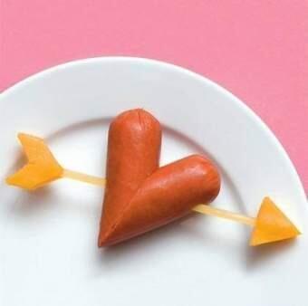 Из сосиски и сыра можно сделать такое приятное дополнение к завтраку...