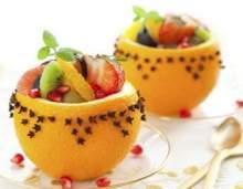Фруктовий салат в апельсинових чашечках